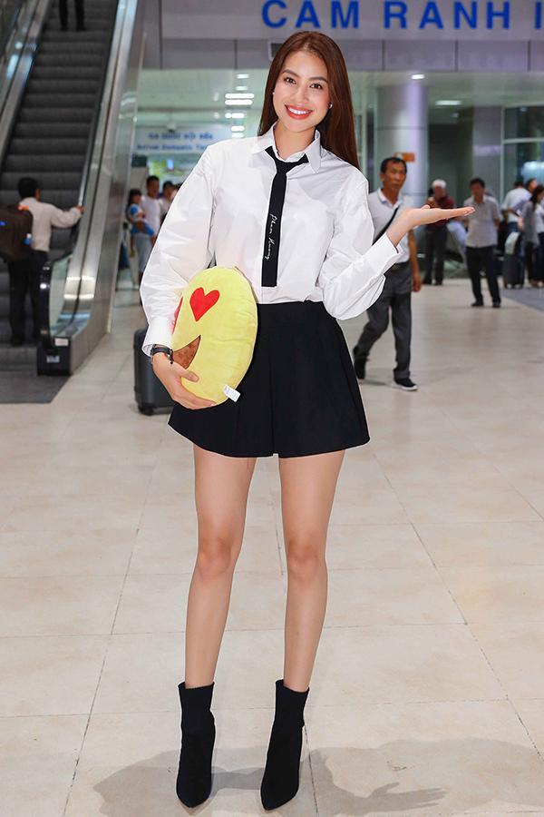Chiều 2/11, Phạm Hương có mặt tại sân bay Cam Ranh, Khánh Hoà. Hoa hậu trông trẻ trung với phong cách ăn mặc như nữ sinh.
