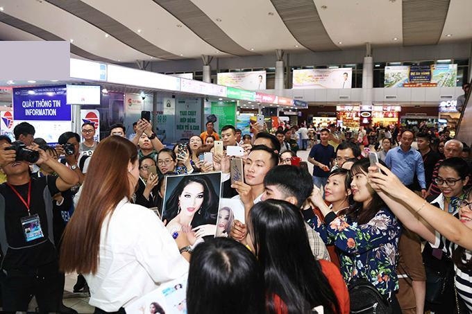Nhiều khán giả đã đến sân bay đợi Phạm Hương từ trước đó. Chuyến bay bị hoãn khiến thời gian chờ đợi kéo dài thêm, nhưng họ vẫn rất vui vẻ khi được gặp Hoa hậu.