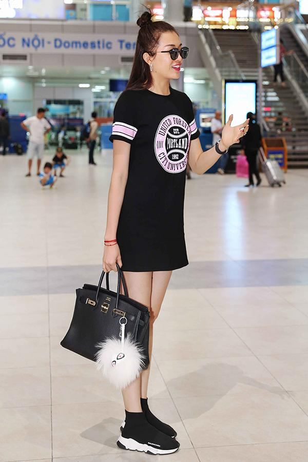 Người đẹp mặc váy đen, đối lập phong cách của Phạm Hương.