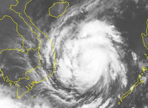 Hình ảnh vệ tinh của cơn bão lúc 6h sáng 3/11 cho thấy vùng mây bão bao trùm khu vực giữa và nam Biển Đông. Ảnh: NCHMF.