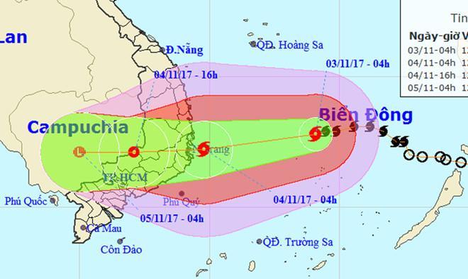 Sáng sớm mai, 4/11, bão số 12 sẽ áp sát đất liền. Ảnh: NCHMF.