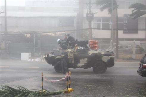 Xe thiết giáp Quân khu V đi kiểm tra bão trên đường phố Nha Trang. Ảnh: CTV
