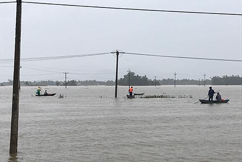 Lực lượng chức năng thị xã Ninh Hòa tìm kiếm nạn nhân mất tích.