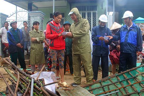 Ông Trần Sơn Hải động viên, tặng quà gia đình bà Nguyễn Thị Kim Phượng (phường Ninh Thủy) có nhà bị sập hoàn toàn.