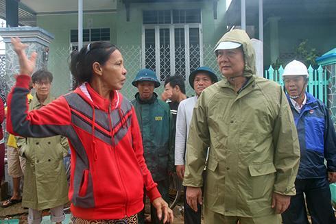 Ông Trần Sơn Hải kiểm tra thiệt hại do bão tại thị xã Ninh Hòa