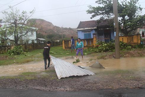 Người dân Ninh Hải nhặt tôn để lợp lại nhà