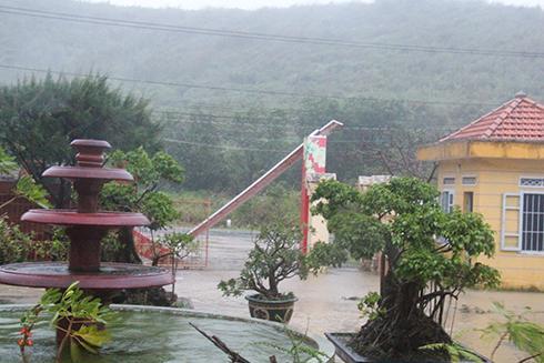 Cổng trụ sở UBND phường Ninh Hải bị đổ