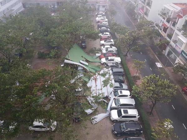 Một số tấm tôn quây xung quanh bãi xe cũng bị gió hất tung. (Nguồn: K.A)