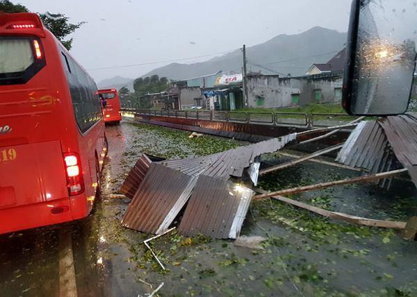 Nhiều mảnh tôn bị gió quật ngã, gây cản trở giao thông. (Nguồn: K.A)