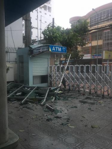Cửa kính của toà nhà bị rơi vỡ vụn. (Nguồn: Facebook)