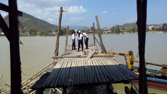 Cầu Phú Kiểng bắc qua sông Cái tại thành phố Nha Trang bị tháo dỡ gây trở ngại cho học sinh đến trường