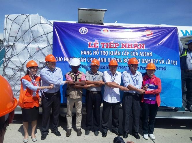 Đại diện 4 tỉnh Khánh Hòa, Phú Yên, Quảng Ngãi, Bình Định tiếp nhận lô hàng cứu trợ