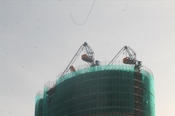 2 cần trục tháp dự án Panorama Nha Trang bị gãy queo như kẹo kéo sau bão số 12. Ảnh: Nhiệt Băng