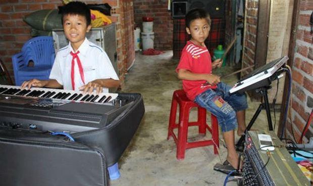 2 anh em Bảo và Phong chơi nhạc tại nhà