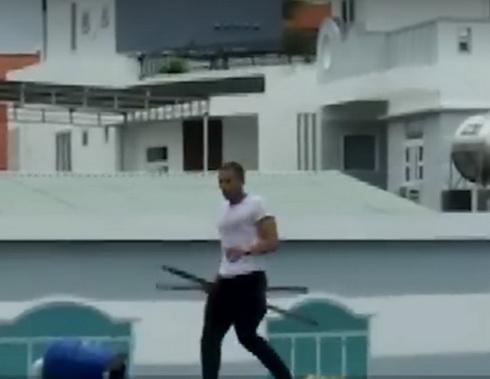 Olusoga Jannik nhảy lên mái nhà một hộ dân, dùng gậy đập phá