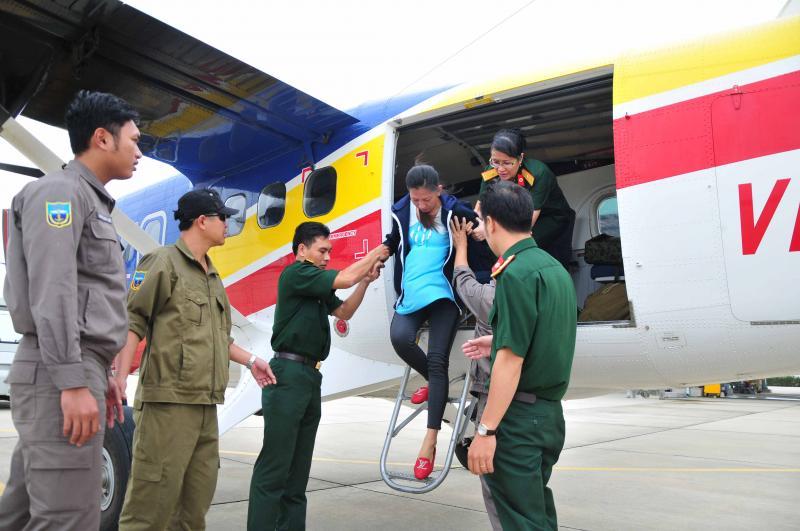 Sản phụ Lê Thị Trúc Hà được đưa về đất liền bằng thuỷ phi cơ