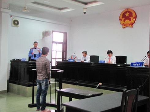 Đại diện Viện Kiểm sát nhân dân TP. Nha Trang công bố cáo trạng.