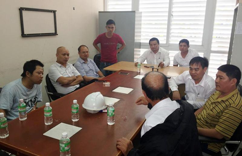 Chủ đầu tư của trạm BOT Ninh An trao đổi với các chủ phương tiện