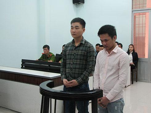 Bị cáo Long (phải) và bị cáo Tĩnh.
