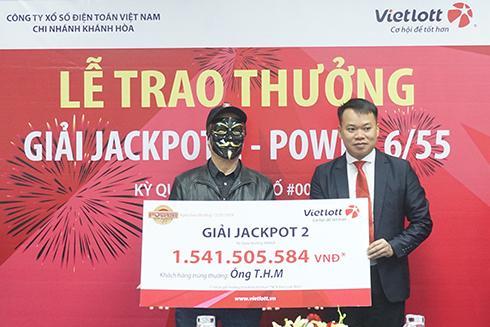 Ông Nguyễn Duy Hiền - Giám đốc Vietlott Khánh Hòa trao thưởng cho khách hàng.