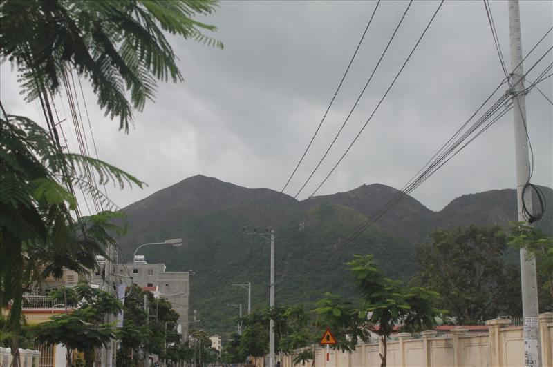 Đỉnh núi Cô Tiên, phường Vĩnh Hòa, Nha Trang, Khánh Hòa bị lửa thiêu rụi.