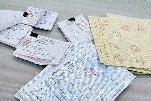 Nhiều loại giấy tờ giả mạo được phát hiện tại nhà nghi can Hùng bị PC44 thu giữ.