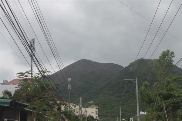 Ngọn núi Cô Tiên, phường Vĩnh Hòa, Nha Trang, Khánh Hòa bị lửa thiêu rụi trong đêm 12.1. Ảnh: PV
