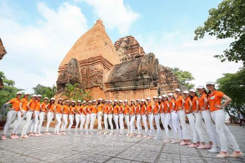 Các thí sinh tham cuộc thi Hoa hậu Hoàn vũ Việt Nam năm 2017 quan Khu di tích Tháp Bà Ponagar. Ảnh: Tiên Minh/TTXVN