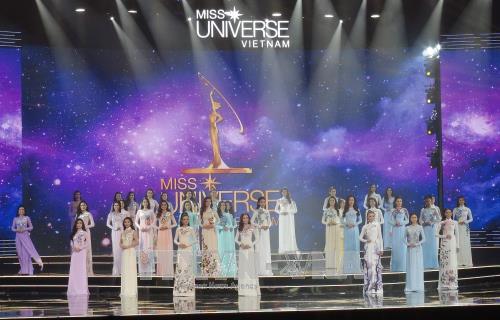 42 thí sinh với phần thi áo dài tại đêm chung kết Hoa hậu Hoàn vũ 2017 được tổ chức tại Khu du lịch Diamond Bay, thành phố Nha Trang. Ảnh: Phan Sáu/TTXVN