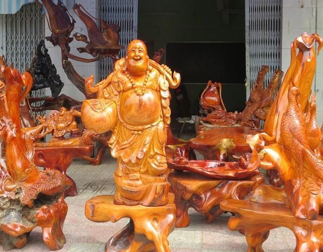 Các mặt hàng gỗ điêu khắc trang trí năm nay thu hút khá nhiều khách tham quan.