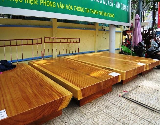 Tết năm nay ngoài các mặt hàng truyền thống còn xuất hiện thêm mặt hàng gỗ điêu khắc được làm từ gỗ gõ đỏ nhập từ Campuchia.