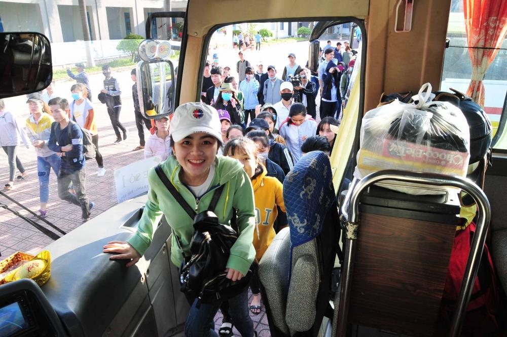 Các sinh viên trường lên xe về quê