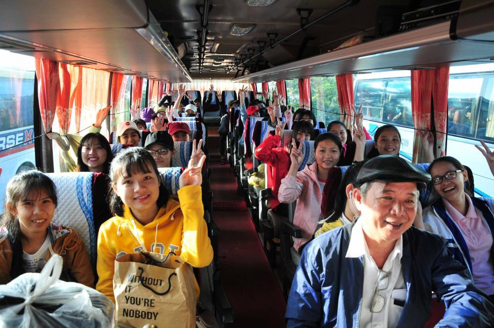 Các sinh viên phấn khởi khi được hỗ trợ xe về quê ăn Tết