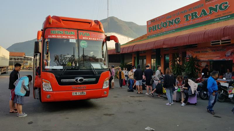Những ngày cận Tết, lượng khách tại các bến xe tại Khánh Hòa tăng mạnh nhưng không có cảnh chen lấn.