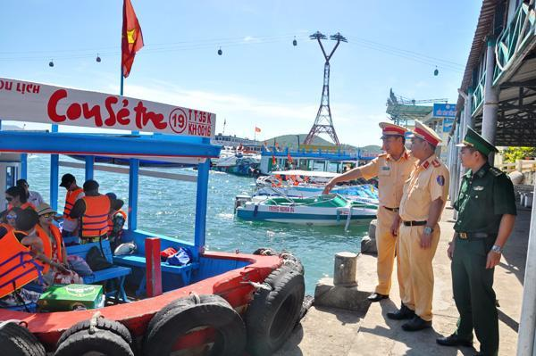 Trước, trong và sau Tết nguyên đán Mậu Tuất, Phòng CSGT đường thủy Công an Khánh Hòa phối hợp Bộ đội Biên phòng Khánh Hòa tăng cường kiểm tra, bảo đảm an toàn giao thông các chuyến tàu đưa đón du khách tham quan trên vịnh biển Nha Trang.