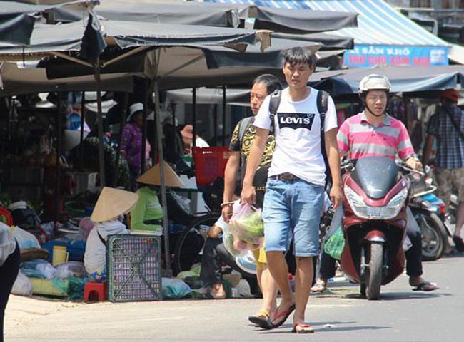 Ở TP Nha Trang, hiện rất dễ gặp người Trung Quốc tự đi chợ để nấu ăn. (Ảnh: Báo Người lao động)