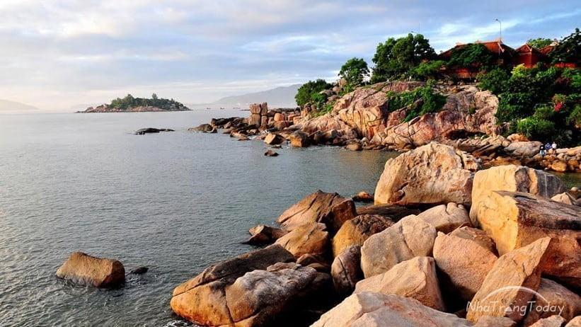 Hòn Chồng mang vẻ đẹp độc đáo nằm ngay giữa trung tâm- ảnh Nhatrangtoday.vn