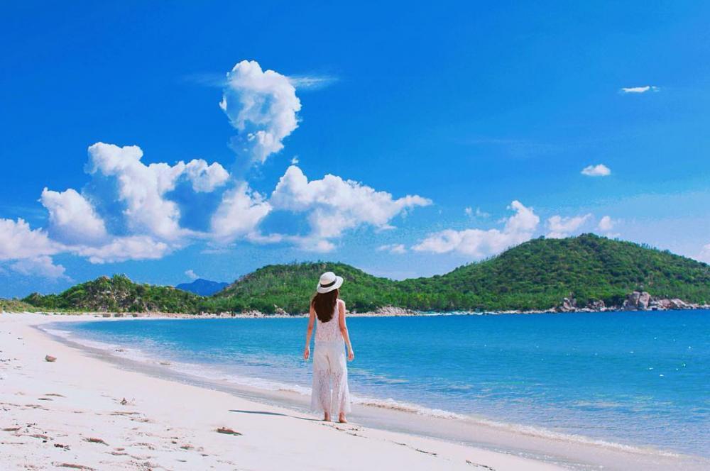 Với những bãi cát trải dài xa tít, mặt biển êm đềm gợn những con sóng nhỏ lăn tăn, bạn sẽ được thỏa lòng ngâm mình dưới đại dương xanh trong. Ảnh@hai_anh_hoang.