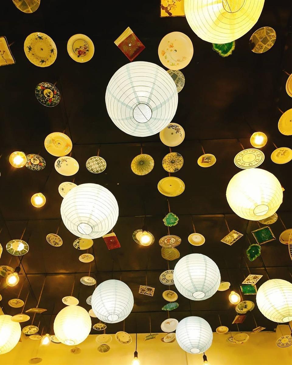 Một điều đặc biệt cũng hấp dẫn không kém ở đây, ngoài đèn lồng quán còn trẻo thêm những đĩa sứ để tạo điểm nhấn cho không gian quán.Photo: hoaithuong139
