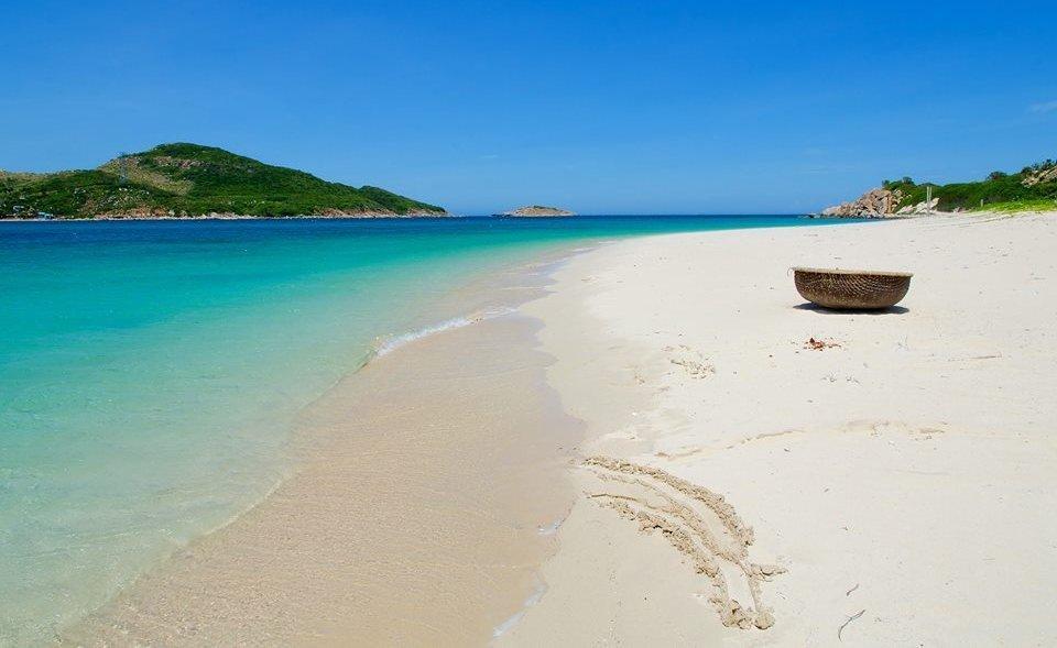 Tất cả những ai lần đầu đặt chân đến nơi đây đều bị cuốn hút bởi màu nước biển xanh trong cũng những bài cát trắng tinh. Ảnh internet.