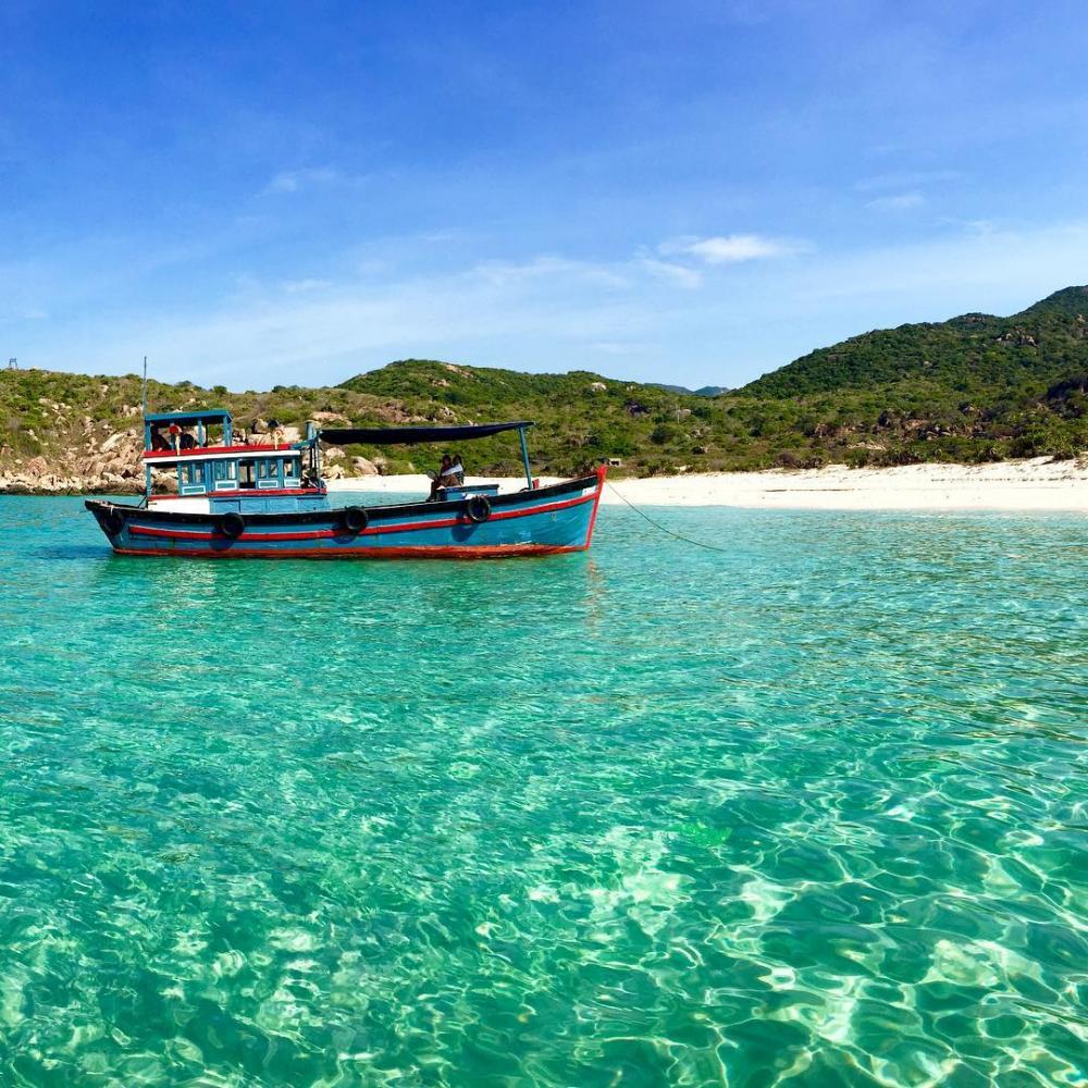 Nếu muốn ngắm biển Bình Lập đẹp nhất thì bạn nên đến đây vào những tháng xuân và hè, bởi khi đó nước biển trong xanh nhìn thấy cả đáy biển. Ảnh: Kenhdulich.org.