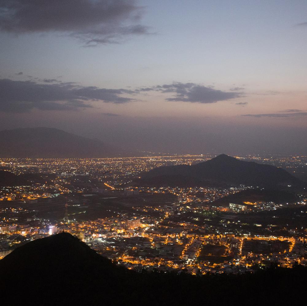 Màn đêm buông xuống núi Cô Tiên. (Ảnh: rzharkov)