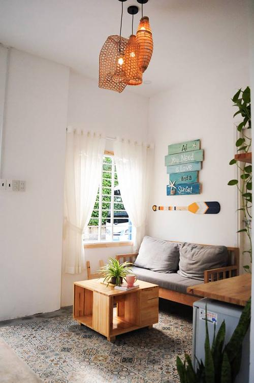 Coral House Đây là homestay mới nổi ở Nha Trang, bắt đầu đón khách từ tháng 9/2017, nằm trên đường Nguyễn Lộ Trạch, phường Vĩnh Nguyên, Nha Trang. Căn nhà có ba phòng với cách decor khác nhau, nhưng cùng chung tông màu chủ đạo là xanh - trắng, tạo cảm giác về một chuyến du lịch đại dương. Khách đến đây có thể thuê cả căn hoặc thuê từng phòng, giá cả nhà là 1,4 triệu đồng.