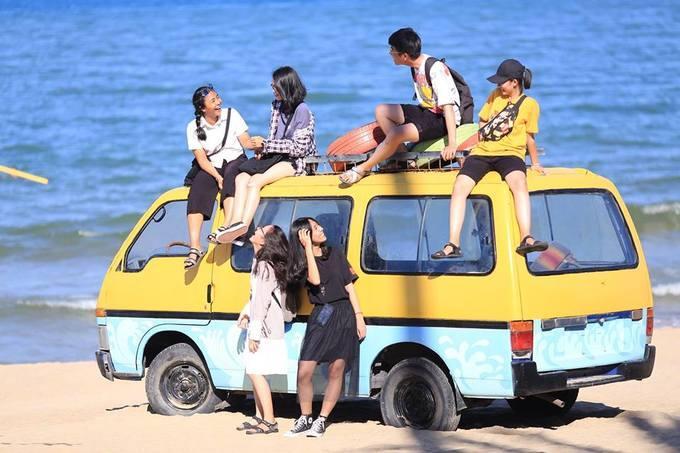 Bar cũng thu hút các bạn trẻ thích chụp ảnh với những chiếc ôtô màu vàng nổi bật, ván lướt, xích đu, võng lưới được trang trí xung quanh. Tối đến nơi đây tổ chức các chương trình biểu diễn để khuấy động bầu không khí vui nhộn.