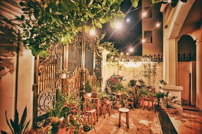 Với không gian decor ấn tượng như một khu vườn cổ tích, homestay này cũng là địa điểm cho thuê chụp ảnh. Tuy nhiên, khách ở đây được thoải mái