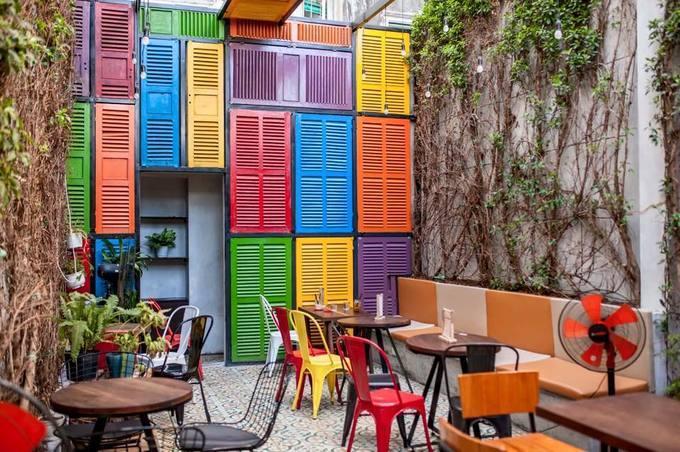Kaffetino Quán cà phê này nằm trên đường Yersin, có hai không gian cho khách lựa chọn là sân vườn và trong nhà có máy lạnh. Trong nhà có các cánh cửa màu, rất nổi nên được nhiều người chọn làm background để chụp ảnh.