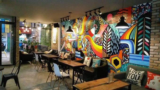 Ngoài ra các bức tường còn được vẽ hình nghệ thuật, rất dễ để nhận biết so với các quán khác. Nơi đây còn có phòng dành riêng cho người hút thuốc nên khách đến sẽ không bị khó chịu vì mùi khói. Đồ uống ở đây đa dạng, đủ từ trà, cà phê đến nước ép, sinh tố, giá trung bình 40.000 đồng. Quán cũng tổ chức các đêm nhạc theo chủ đề, sẽ tính phụ thu.