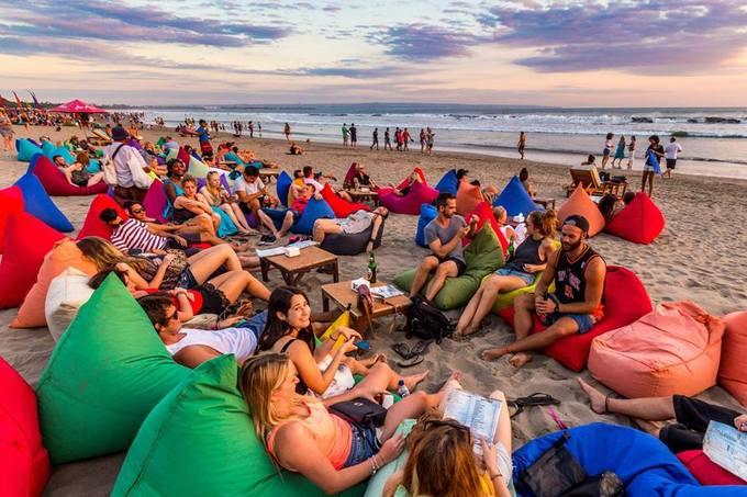 Happy Beach Garden Quán bar ngay bờ biển Trần Phú là cái tên đang gây sốt ở Nha Trang. Không chỉ là nơi để nhâm nhi đồ uống, quán còn là điểm dừng cho những người thích ngắm biển, hoàng hôn với loại ghế lười đặt ngay trên nền cát. Khách đến đây ngồi phần đông là người nước ngoài.
