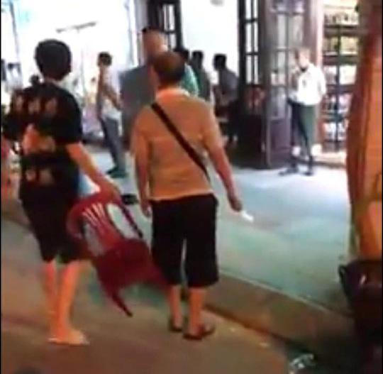 Du khách Trung Quốc không trả tiền và cầm dao hăm dọa khi bị nhóm người địa phương đuổi đánh
