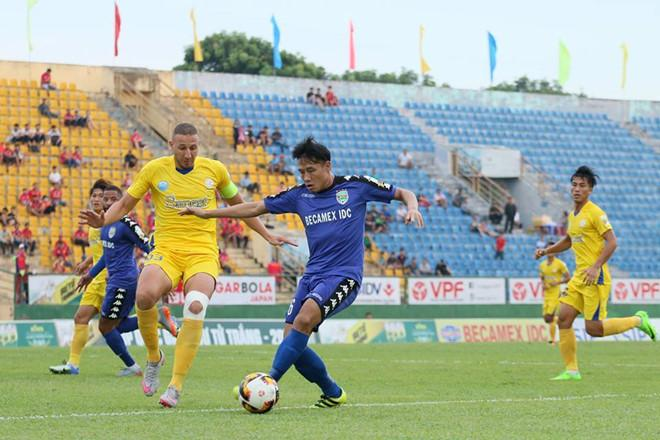HLV Võ Đình Tân cho biết cả đội Khánh Hoà phải dốc sức đá cả hai mặt trận.